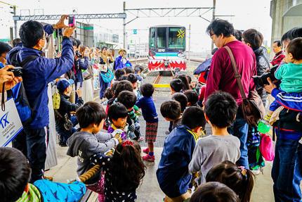 SR車両基地見学会(綱引き)