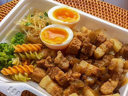 moco's kitchenルーロー飯.jpg