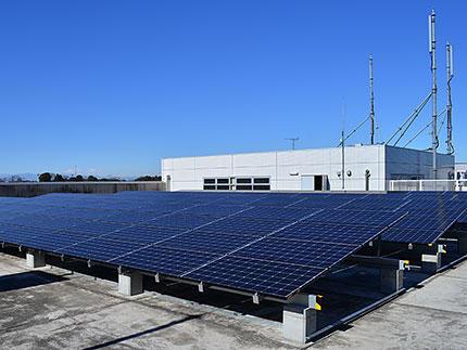 駅舎の屋上に設置した太陽光パネル